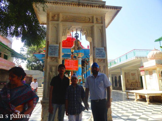 ब्रह्म मन्दिर के प्रवेश द्वार पर