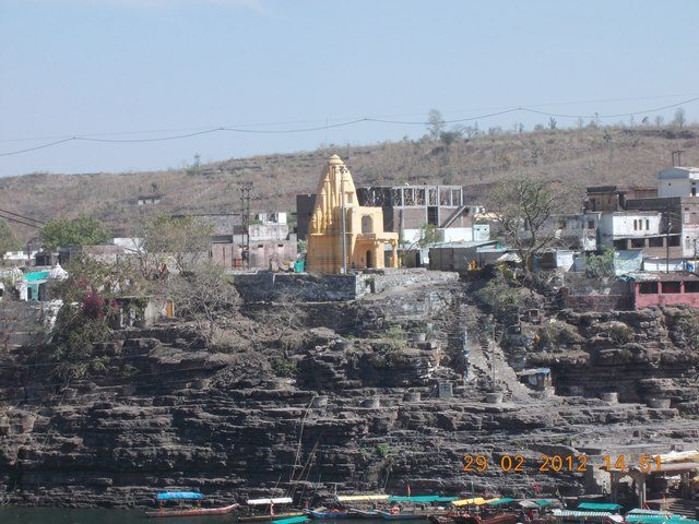 नर्मदा पुल से लिया हुआ एक अन्य मंदिर का चित्र