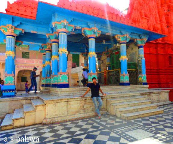 नीले परिदृश्य में ब्रह्म मन्दिर