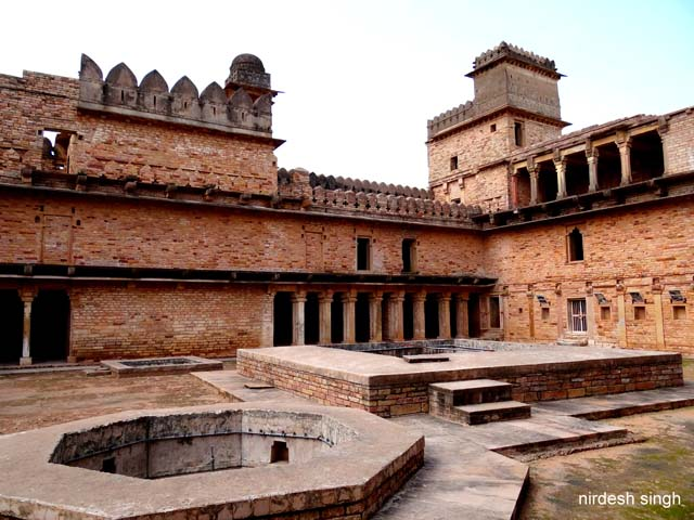 Chanderi Fort - Navkhand Palace Courtyard with Fountain & Tank