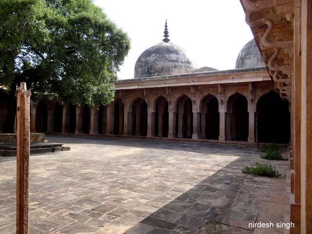 Chanderi - Jama Masjid Courtyard with Serpentine Struts