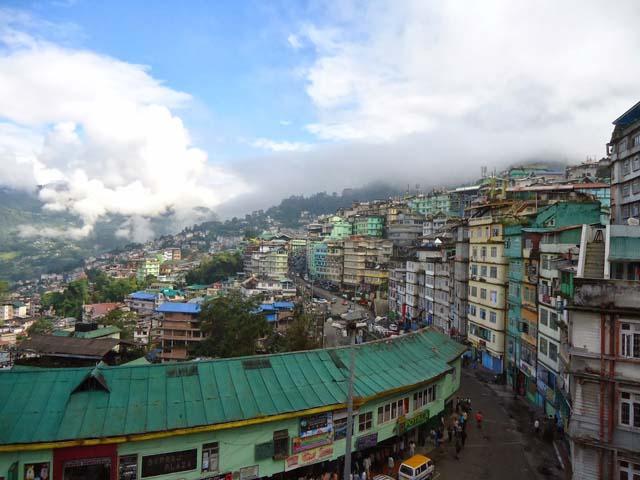 सुवह के समय होटल से बाहर गंगटोक शहर का दृश्य