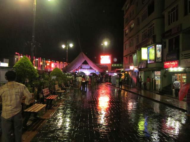 रात में बारिश में भीगी M .G .Road  का नजारा