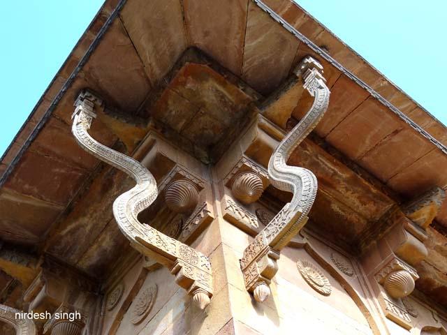 Shahzadi ka Rauza - Beautiful Serpentine Brackets