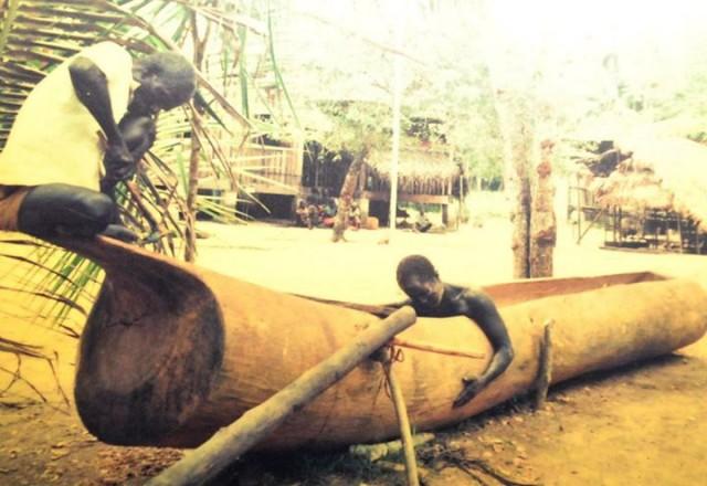 """Onges"" making their canoe "" dongi"""