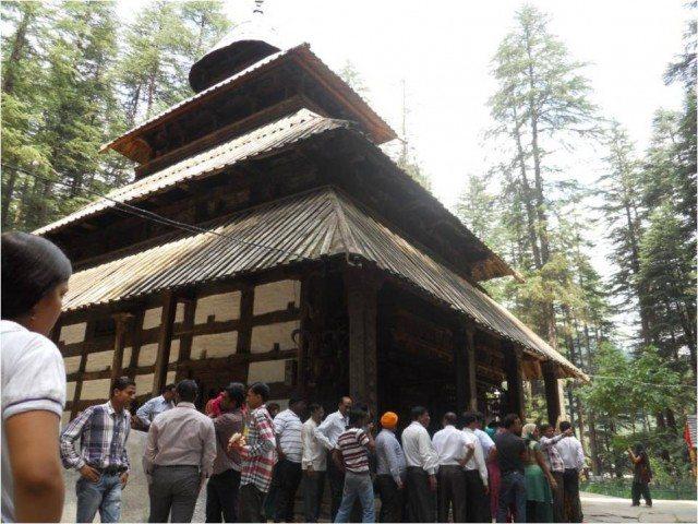 लम्बी लाइन हिडिम्बा देवी के दर्शनों के लिए