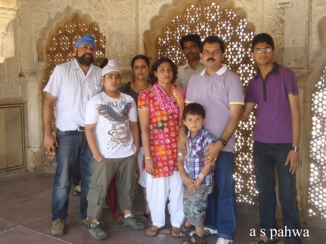 सुहाग मन्दिर के समीप, एक फ़ोटो सपरिवार, मय गाइड महोदय के साथ