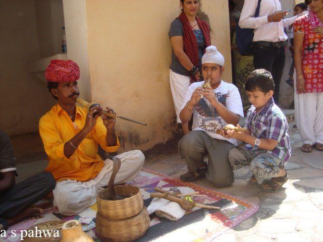 आमेर दुर्ग में पर्यटन विभाग द्वारा बैठाये गये परम्परागत भारतीय पहचान के प्रतीक