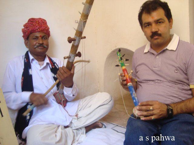 सारंगी वादक के साथ