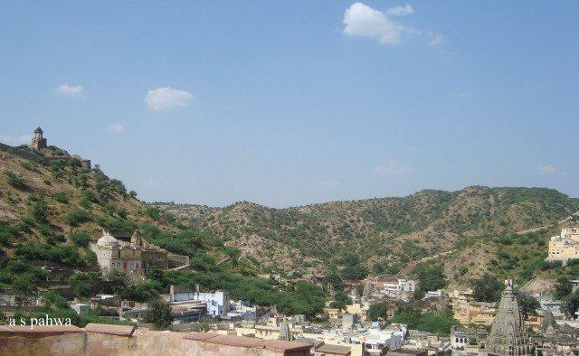 किले की छत से बाहर के शहर का एक दृश्य