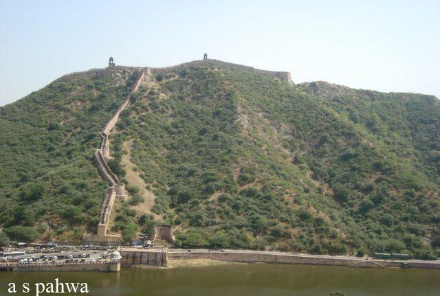 किले के चारो तरफ फैली पहाड़ियां, चौकसी बुर्ज और उन तक जाती सीडियां copy