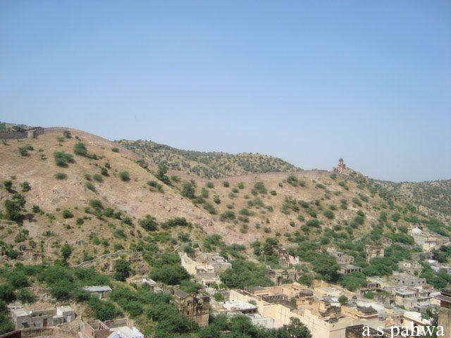 किले से दिखती आस-पास की पहाड़ियां