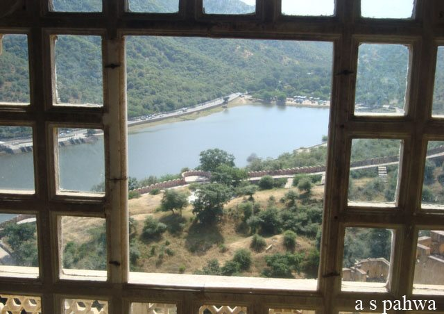 झरोखे से महल का बाहरी दृश्य