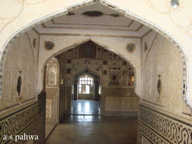 आमेर दुर्ग में बने महल में बने कक्ष