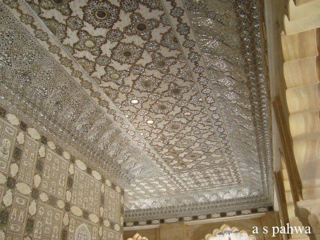 काँच के टुकड़ों से बनी शीश महल की छत और दीवालें