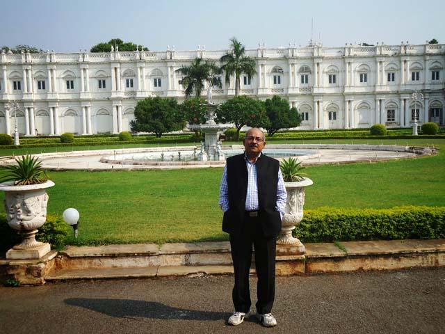 महल के बाहर एक फोटो मेरा भी