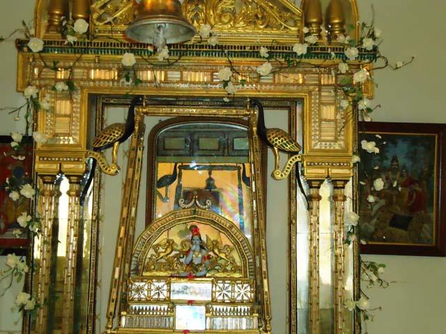 म्यूजियम में कांच का मंदिर