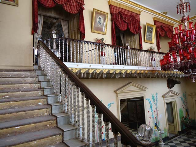कांच के पायों पर टिकी सीढ़ियों की रेलिंग
