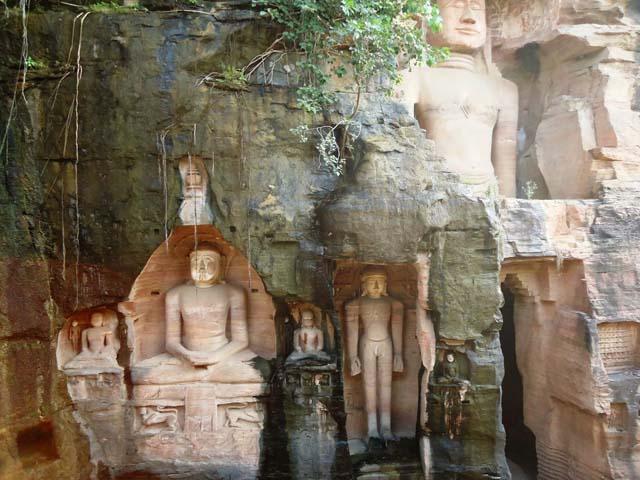 चट्टानों को  काट कर बनाई गई जैन तीर्थकरों की मूर्तियाँ