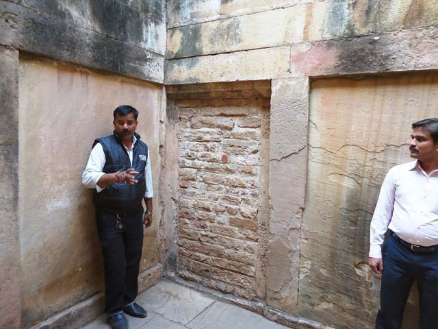गाईड  यहाँ पर एक दीवार के सामने खड़ा है, इसके पीछे पहले सुरंग थी जिसमे से एक रास्ता ओरछा के लिए जाता था व् दूसरा रास्ता आगरा के लिए जाता था।