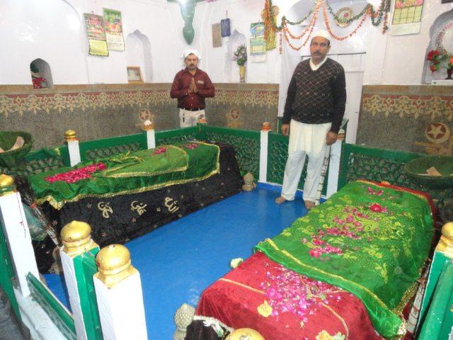 इमाम साहब की मज़ार पर चादर चड़ा कर दुआ करते श्री त्यागी जी