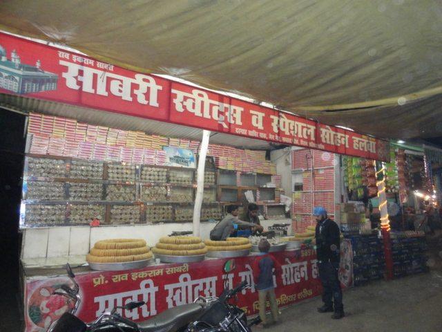 इसी बाज़ार की एक दूकान के आगे, कुछ यहाँ का जायका चख लिया जाये