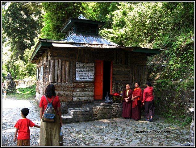 Dress-coincidence at Khecheopalri lake