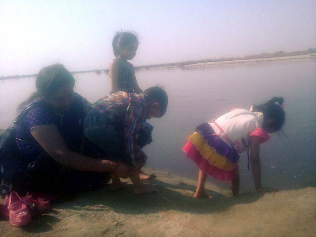 वृंदावन श्री यमुनाजी के तट पर रेट और जल क्रीड़ा मग्न बच्चे.