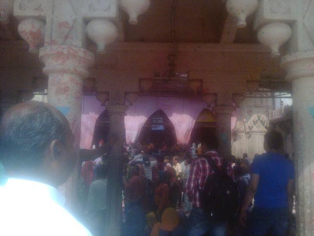 राधारानी जी के मंदिर में होली के रंग में रंगे दर्शनार्थी.