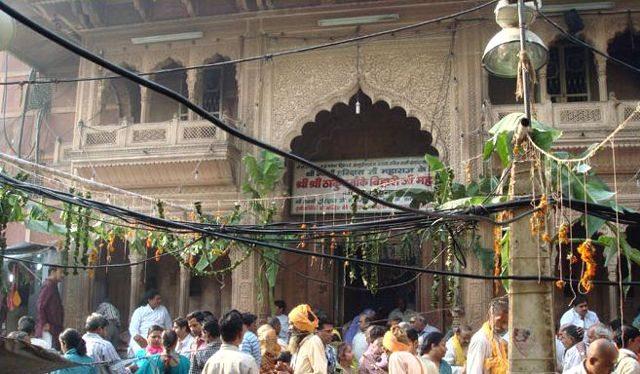वृंदावन श्री बांके बिहारी जी मंदिर का मुख्या प्रवेश द्वार.