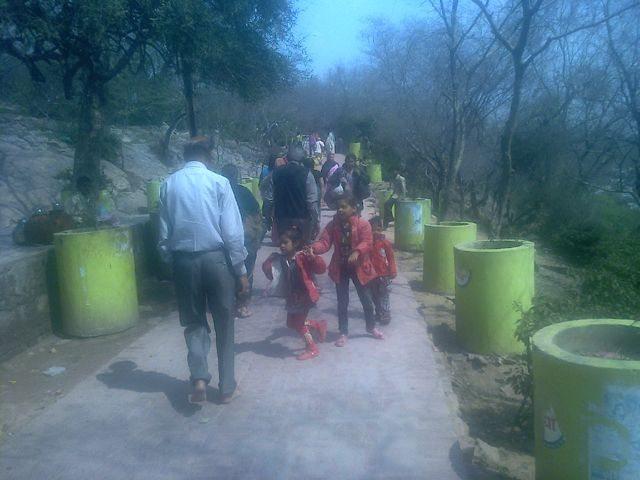 राधारानी जी के मंदिर से श्री कुशल बिहारी जी मंदिर जाने के लिए ढलान वाला रास्ता