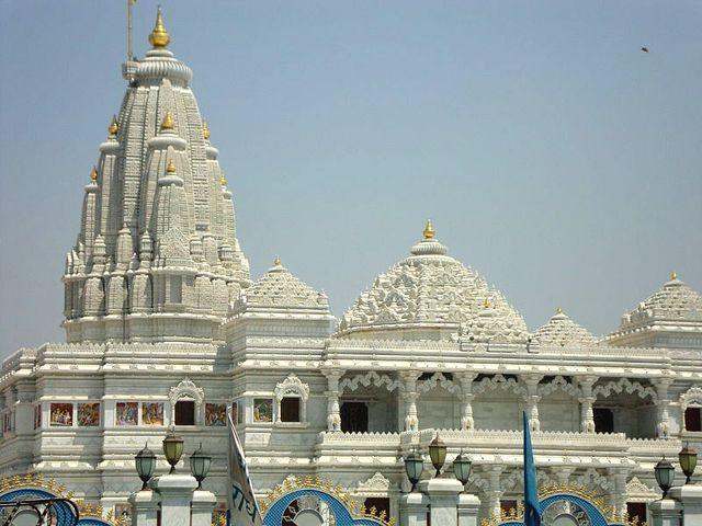 वृंदावन श्री कृष्ण बलराम मंदिर (इस्कॉन टेम्पल) का दृश्य (साभार विकिपीडिया)