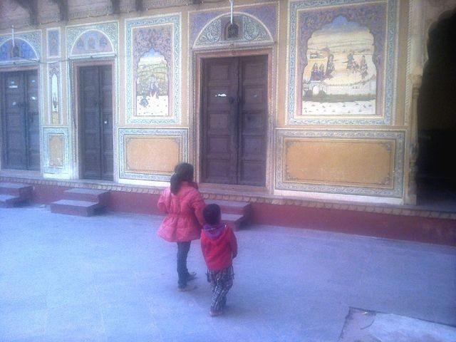 श्री कुशल बिहारी जी मंदिर के बरामदे में चित्रकारी निरीक्षण