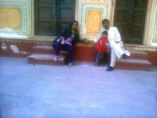 श्री कुशल बिहारी जी मंदिर के बरामदे में विश्राम के कुछ पल.
