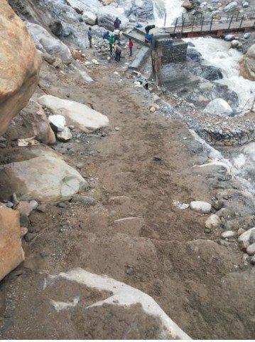 रामबाड़ा के बाद एक गहरी उतराई लेकर पुल पार किया।