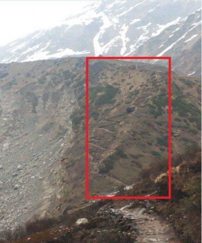 जिस पहाड़ पर ये रास्ता बना हुआ था वो भी टूटा हुआ था। भूस्खलन हो रखा था।