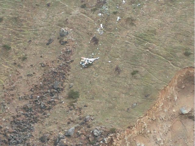 हेलीकॉप्टर के अवशेष। पहाड़ पर नज़र डालिये पूरा ढह गया है।