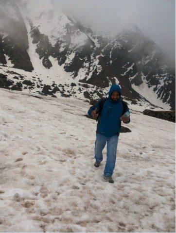 जहाँ पैरों के निशान थे मैं भी वहीँ पर चल रहा था। मुलायम बर्फ पर तो पैर अंदर धस जाता जिससे गति धीमी हो जाती थी।