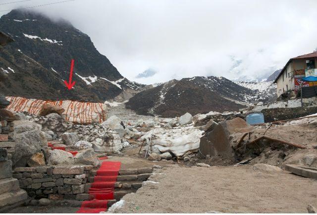 इसी चट्टान ने मंदिर को बचाया।