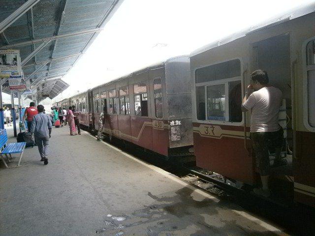 कालका स्टेशन से चलने की तैयारी में