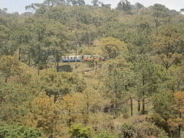 घने जंगलों तथा पहाड़ों से गुजरती ट्रैन