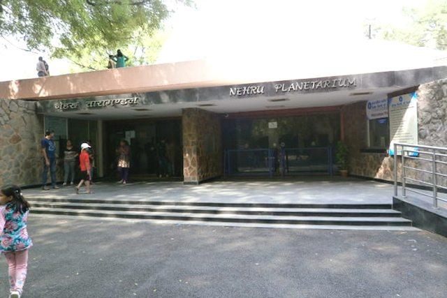 तीन मूर्ति भवन परिसर में नेहरू तारामंडल का प्रवेश द्वार