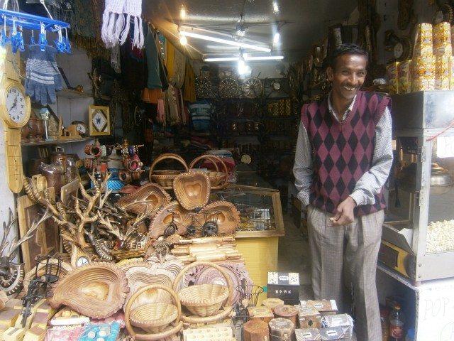 लक्कड़ बाज़ार में लकड़ी की दुकान