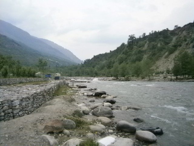 पहाड़ों से घिरी ब्यास नदी....