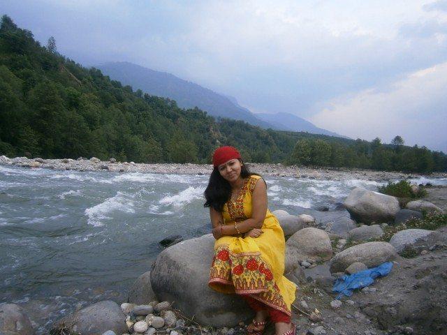 पहाड़ों से घिरी ब्यास नदी...