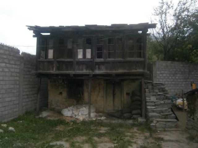 ठेठ हिमाचली काठ का घर..