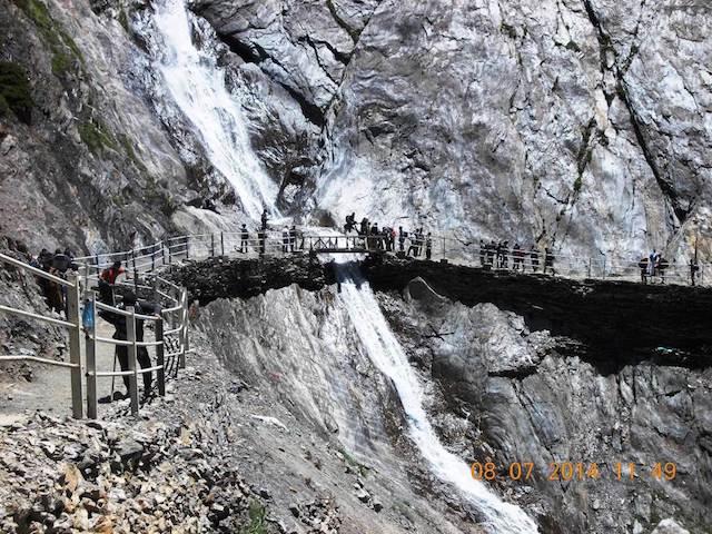 भारी भरकम झरना, छोटा सा पुल और सीधे खडे पहाड़