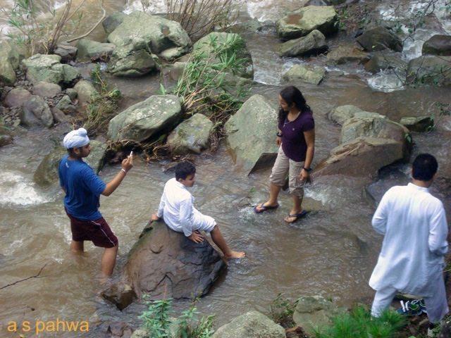 कैम्प क्षेत्र से होकर बहती बरसाती नदी