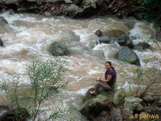 जैसे जैसे ऊपर पहाड़ों पर पानी गिरता है, इस नदी का यौवन उफान पर पहुँच जाता है