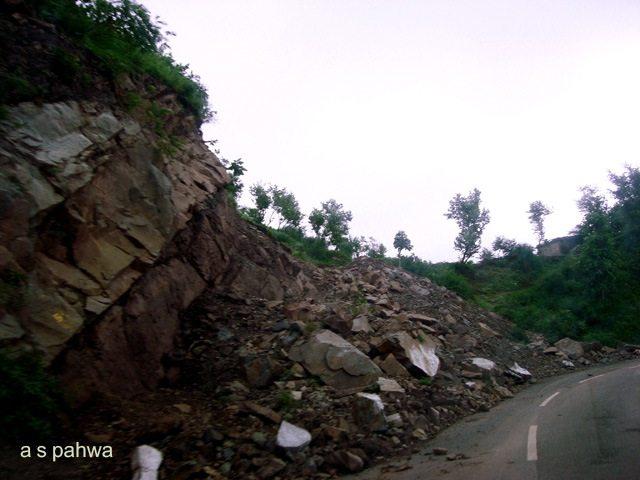प्रकृति जब रौद्र रूप धारण करती है चट्टानें भी जगह छोड़ देती हैं